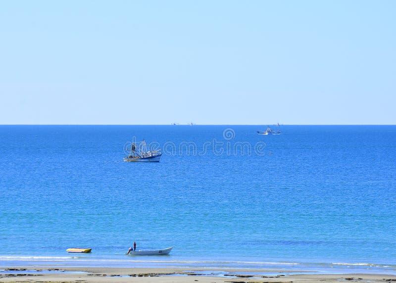 Vissersboten van een perfect strand van Mexico op een de zomerdag royalty-vrije stock afbeeldingen