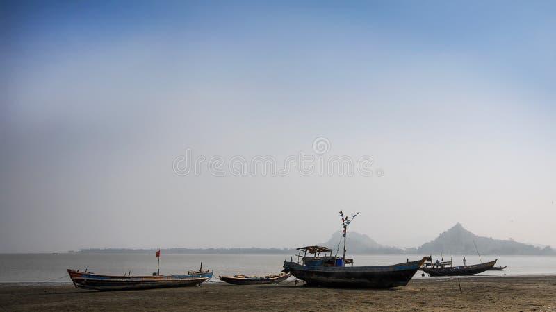 Vissersboten van Pyaingdaung-vissersdorp op kust at low tide is vastgelopen die, royalty-vrije stock afbeeldingen