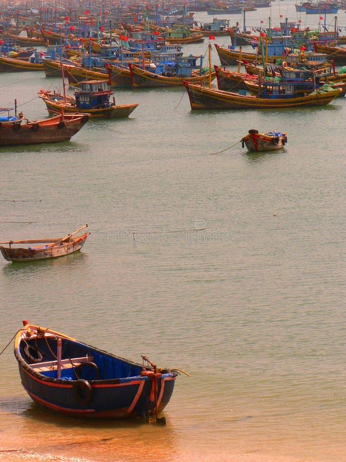 Vissersboten van Vietnam stock afbeeldingen