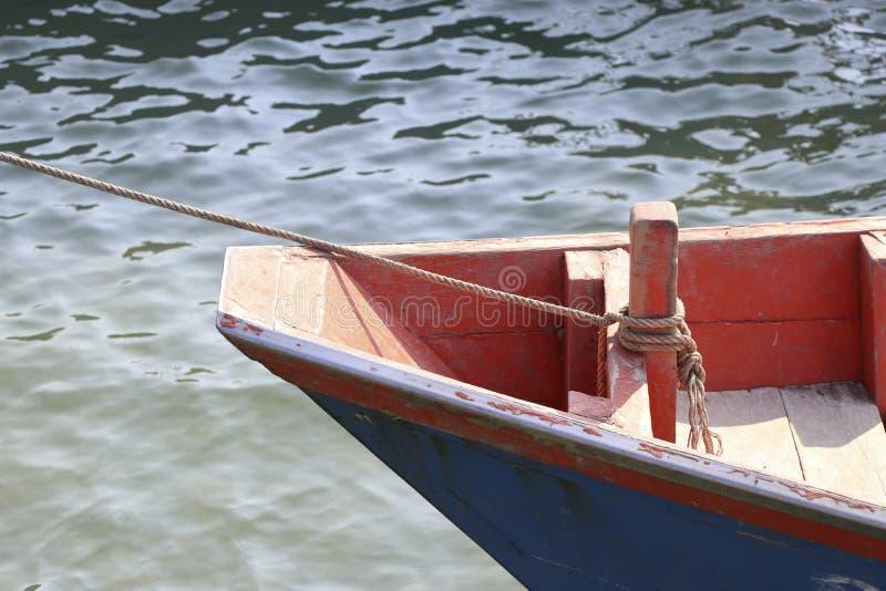 Vissersboten van vissers met kabels bij de boog worden gebonden die royalty-vrije stock foto