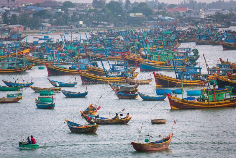 Vissersboten in Vietnam stock afbeeldingen