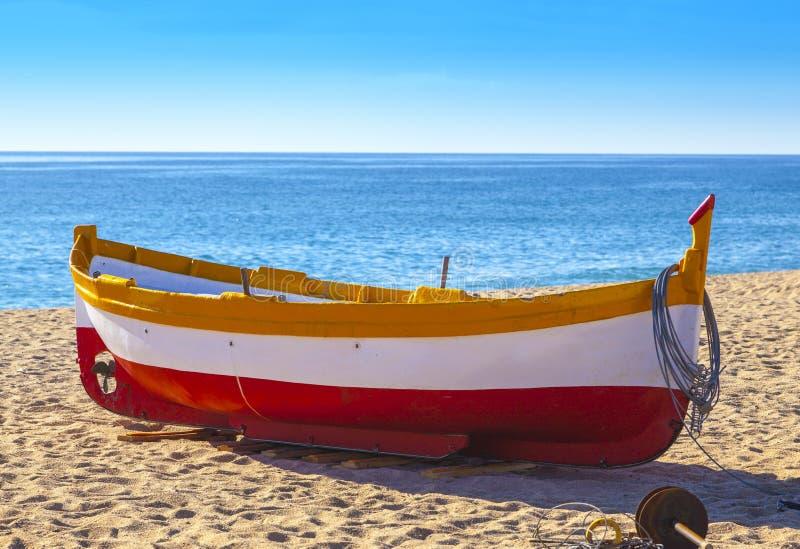 Vissersbotenrust op een gouden zandstrand stock afbeelding