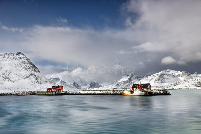 Vissersdorp binnen in Lofoten-Archipel, Noorwegen in de de wintertijd stock afbeeldingen