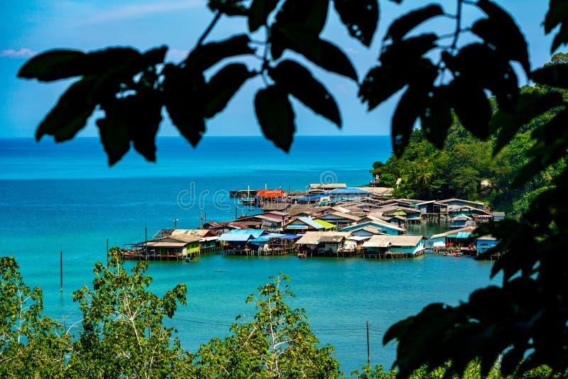 Vissersdorp van de mening van het vogeloog in Koh Kood, Zuidoosten van Thailand stock afbeelding