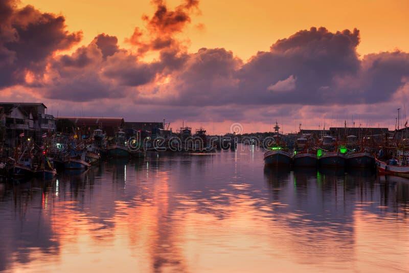 Vissershaven bij schemeringhemel, Rayong stock foto's