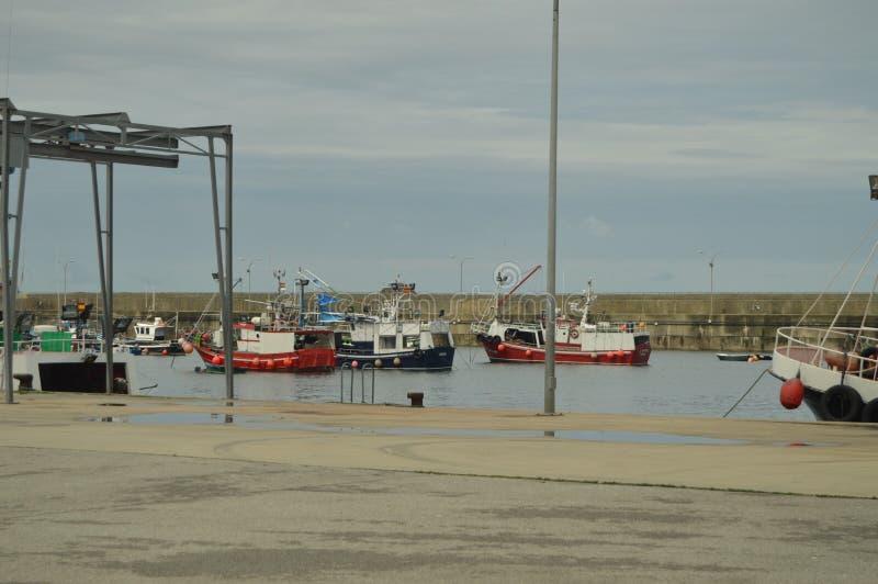 Vissershaven van Cudillero met Zijn Vastgelegde Boten stock afbeeldingen