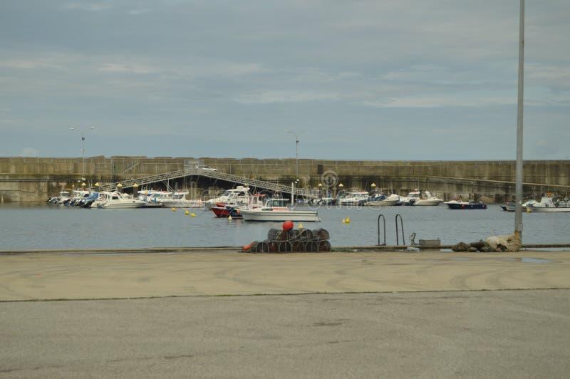 Vissershaven van Cudillero met Zijn Vastgelegde Boten stock foto