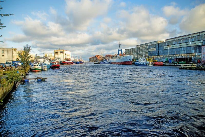 Vissershaven van Ustka, Polen met dok royalty-vrije stock fotografie