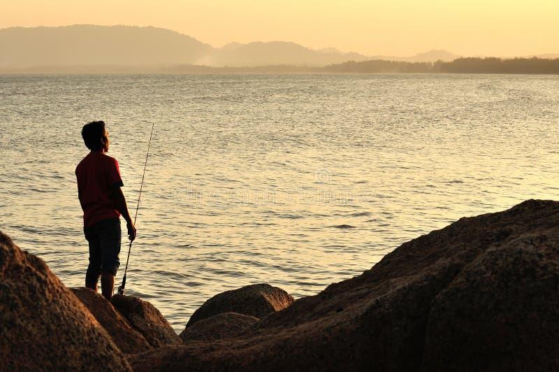 Visserssilhouet op het strand royalty-vrije stock fotografie