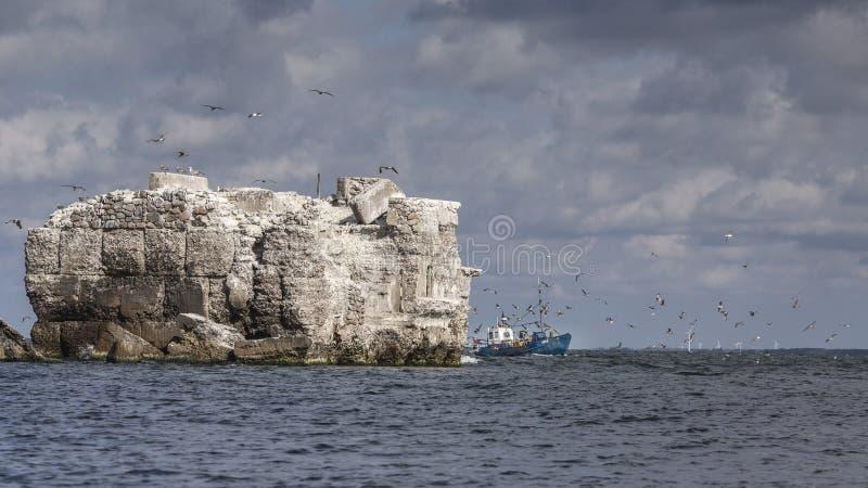 Vissersvaartuig bij het vestingwerk bij de haven van Liepaja stock fotografie