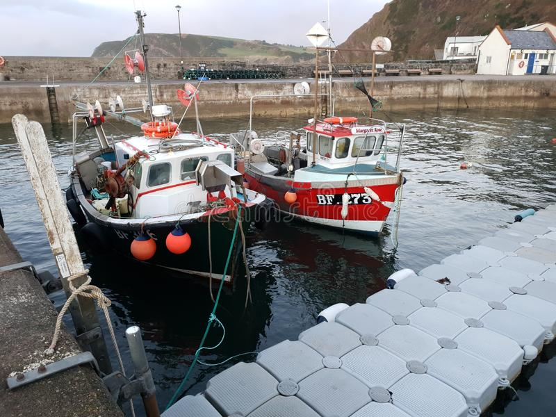 Vissersvaartuig in de baai stock afbeeldingen