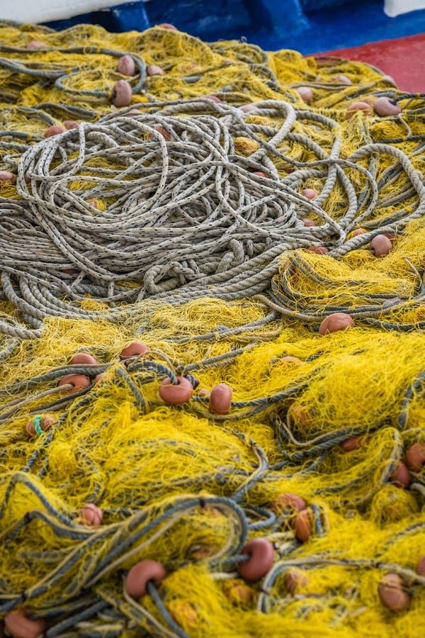 Vissersvisnetten en kabels stock foto