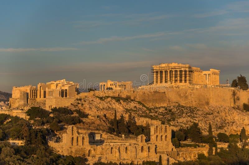 Vista à acrópole com Propylaea e o Odeon de Herodes Atticu imagem de stock