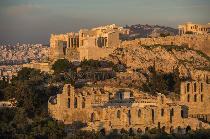 Vista à acrópole com Propylaea e o Odeon de Herodes Atticus Theatre atenas fotos de stock