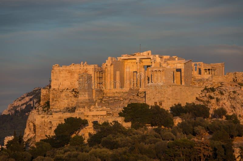 Vista à acrópole com Propylaea e templo de Athena Nike, Athe fotos de stock