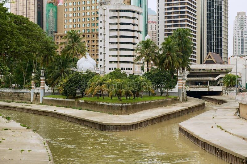 Vista à afluência dos rios de Klang e de Gombak com a mesquita bonita de Masjid Jamek no fundo em Kuala Lumpur imagem de stock royalty free