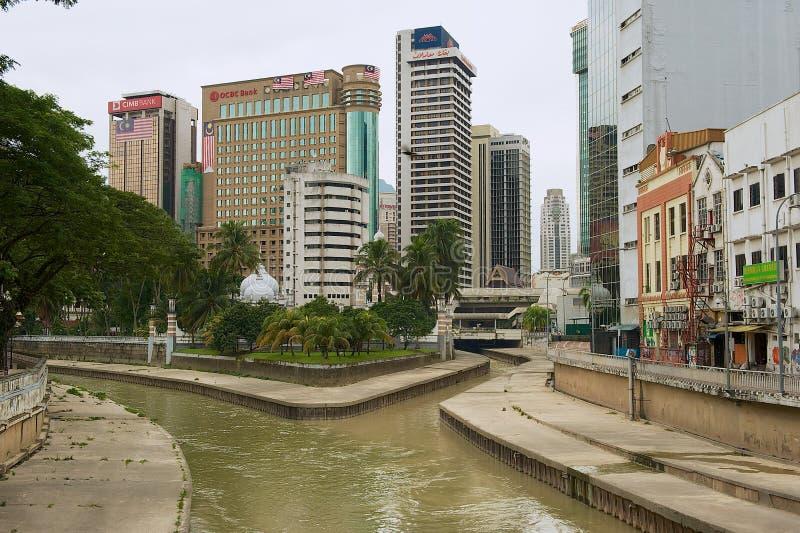 Vista à afluência dos rios de Klang e de Gombak com a mesquita bonita de Masjid Jamek no fundo em Kuala Lumpur imagens de stock