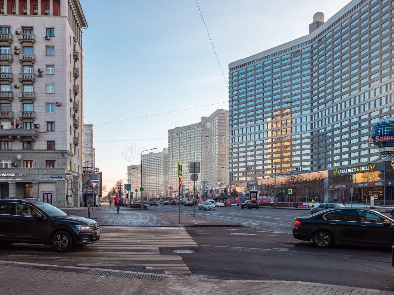 A vista à avenida nova de Arbat em Moscou com construções altas famosas olha a como livros imagem de stock royalty free