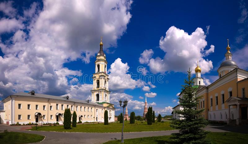 Vista à catedral do esmagamento, à igreja de St Sergius Of Radonezh e à igreja da apresentação do Virgin abençoado em t foto de stock royalty free