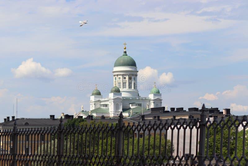 Vista à catedral em Helsínquia em Finlandia no feriado foto de stock