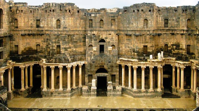 Vista à cena do anfiteatro de Bosra, Síria imagens de stock royalty free