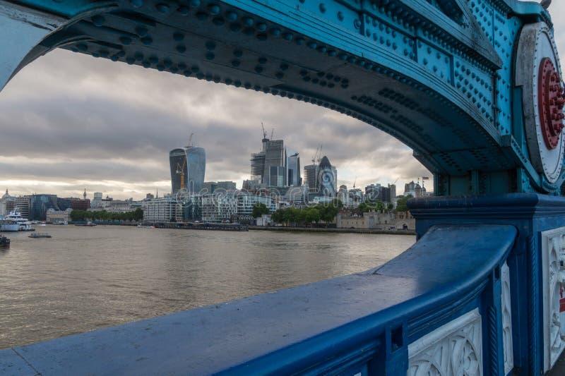 Vista à cidade de Londres da ponte da torre em uma noite nebulosa foto de stock royalty free