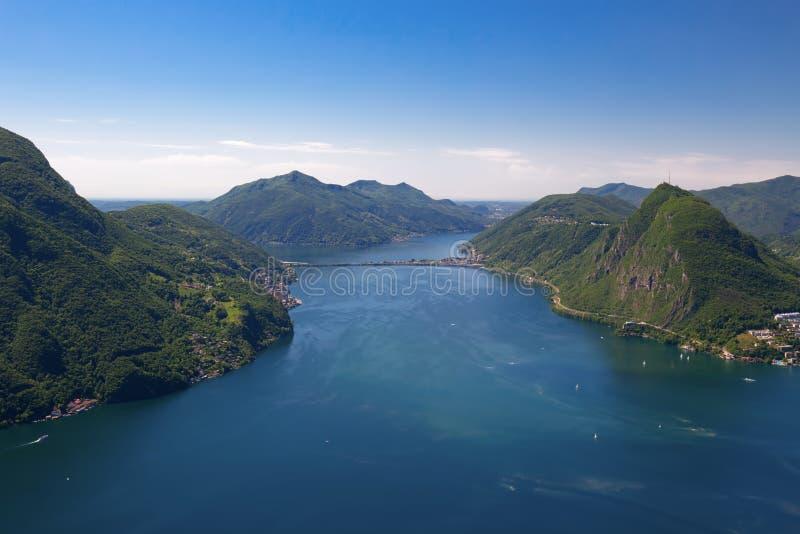 Vista à cidade de Lugano, ao lago lugano e ao Monte San Salvatore do Mo imagens de stock