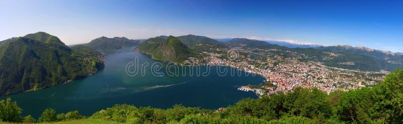 Vista à cidade de Lugano, ao lago lugano e ao Monte San Salvatore do Mo foto de stock