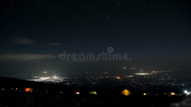 Vista à cidade de Moshi do acampamento das montanhas na noite fotos de stock royalty free