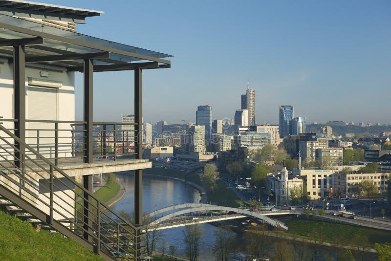Vista à cidade de Vilnius e ao rio de Neris cedo na manhã do monte de Gediminas em Vilnius, Lituânia imagem de stock