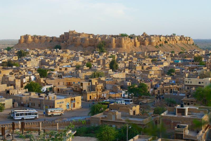 Vista à cidade e aos bastiões do forte com o céu azul acima em Jaisalmer, Índia fotografia de stock
