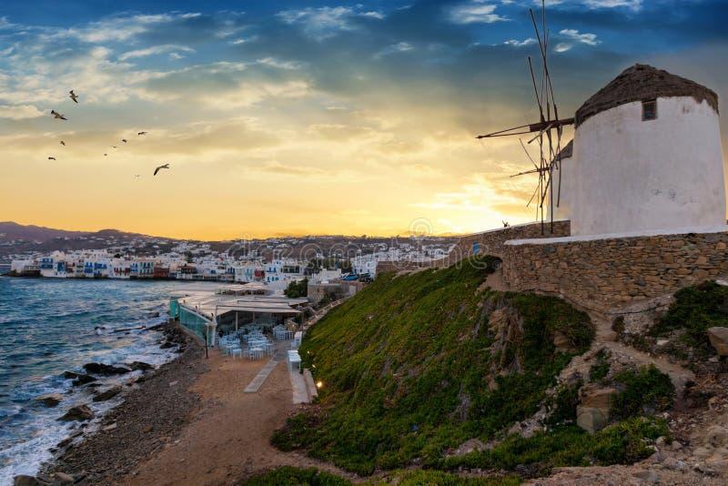 Vista à cidade e aos moinhos de vento famosos da ilha de Mykonos nos Cyclades de Grécia imagens de stock royalty free