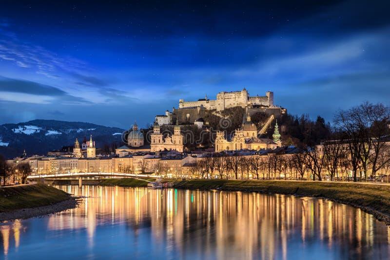 Vista à cidade velha e à fortaleza de Salzburg, Áustria fotografia de stock
