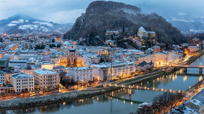 Vista à cidade velha iluminada de Salzburg em Áustria durante o inverno fotos de stock