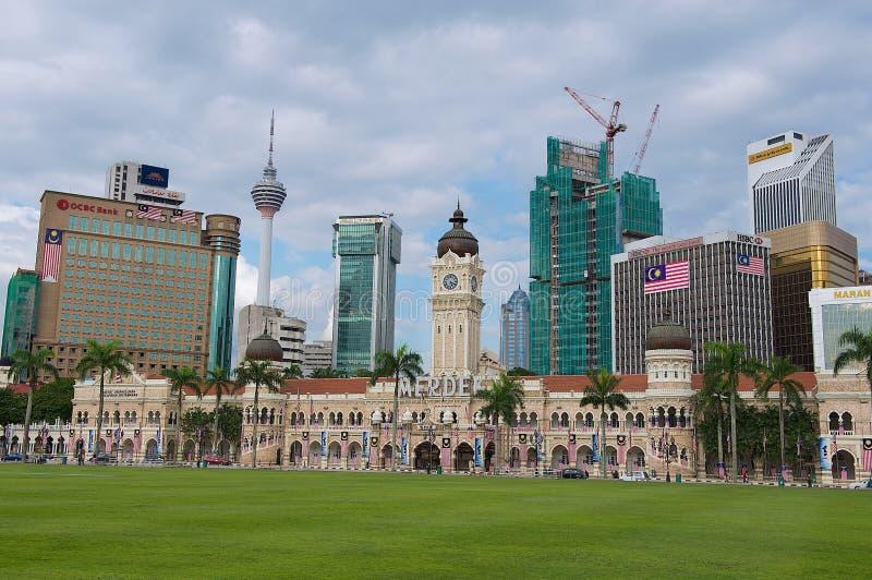 Vista à construção de Sultan Abdul Samad com construções modernas no fundo em Kuala Lumpur, Malásia fotos de stock royalty free