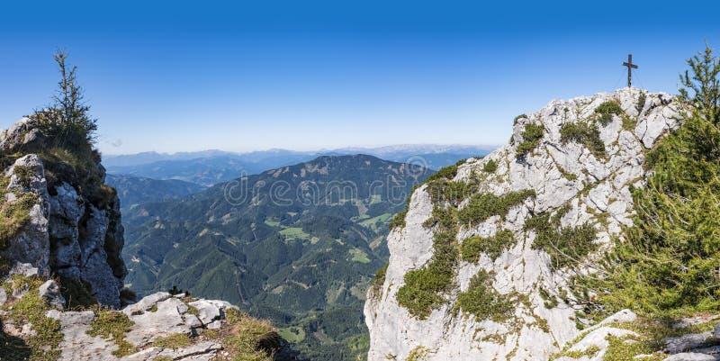 Vista à cruz da cimeira da montanha Hochlantsch e da montanha Rennfe fotografia de stock