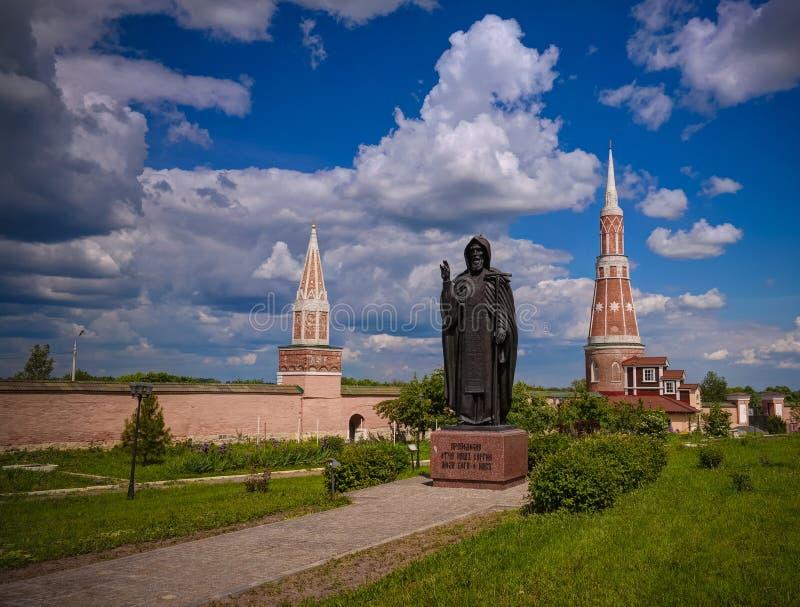 Vista à estátua de St Sergius Of Radonezh no claustro de Staro-Golutvin do esmagamento, Kolomna, região de Moscou, Rússia fotografia de stock