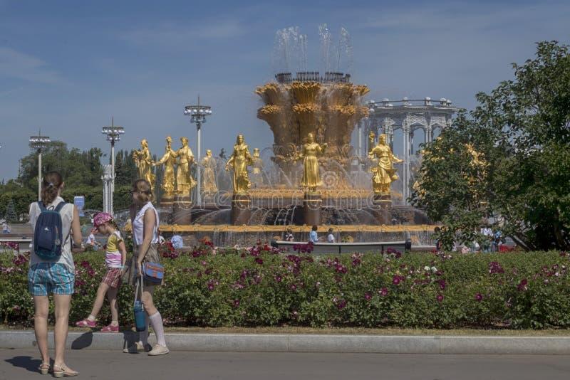Vista à fonte da amizade dos povos e do pavilhão central em VDNKH fotos de stock royalty free