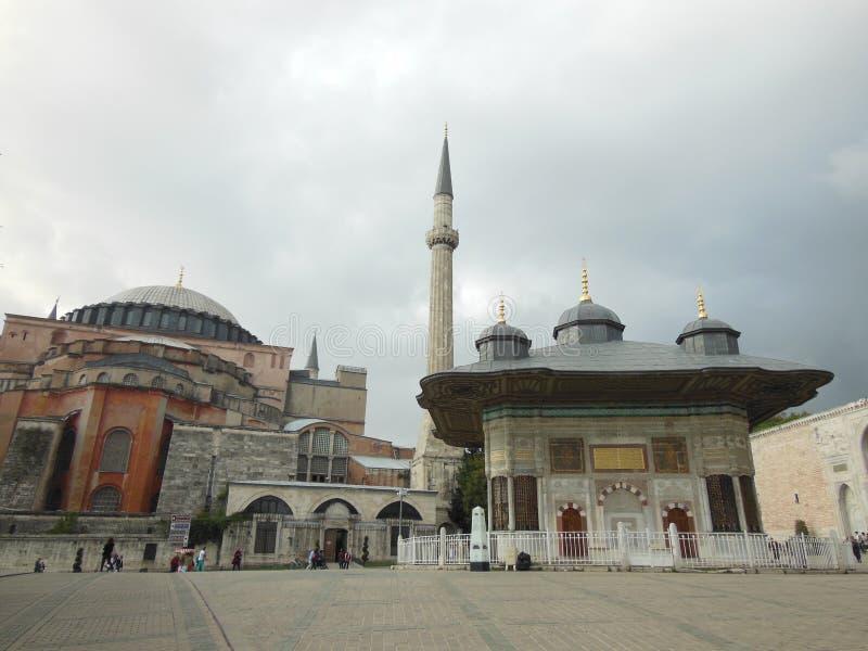 Vista à fonte histórica de Ahmed III e a mesquita e o museu de Hagia Sophia no fundo, Istambul imagens de stock royalty free
