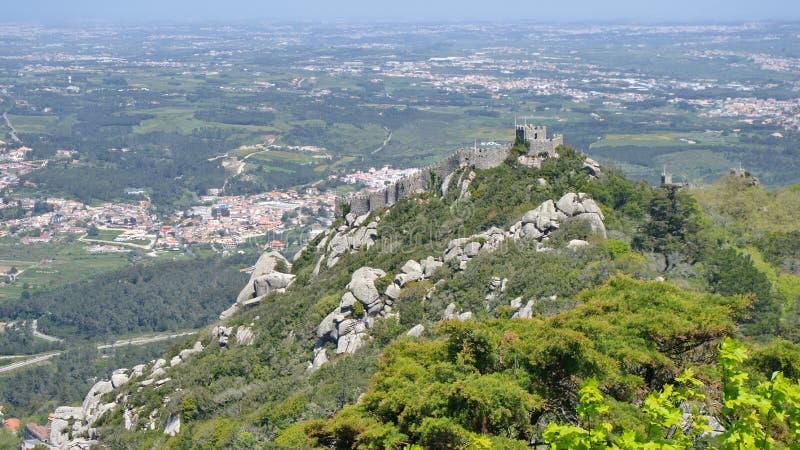 A vista à fortaleza do amarra, Sintra, Portugal imagens de stock