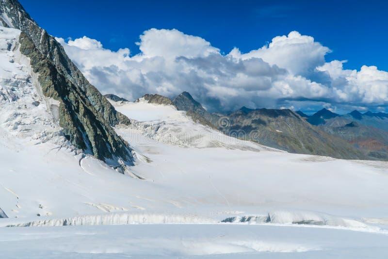 Vista ? geleira de Mensu da passagem de montanha do sedlo de Berelskoe ?rea de montanha de Belukha Altai, R?ssia fotos de stock