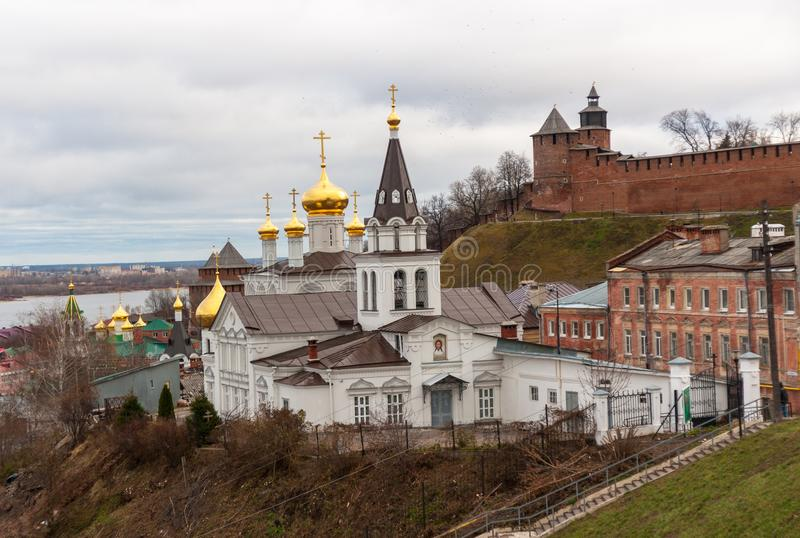 Vista à igreja de St John o batista, o Kremlin grande e o rio Volga, Nizhny Novgorod, Rússia imagens de stock royalty free
