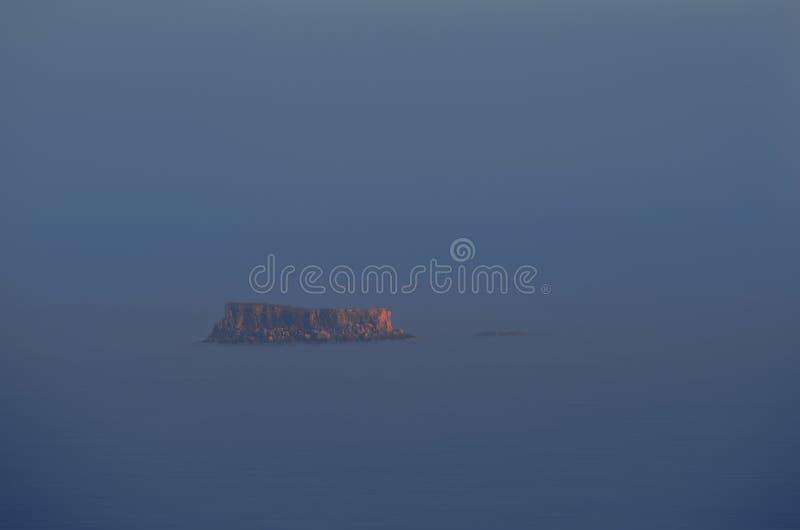 Vista à ilha Filfla em Malta sadness Ilha pequena em Malta outono Por do sol imagens de stock royalty free