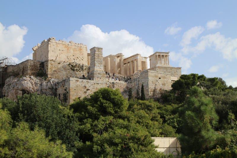 Vista à sagacidade Propylaea da acrópole e ao templo de Athena Nike, Atenas foto de stock royalty free