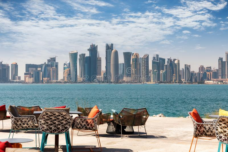 Vista à skyline de Doha, Catar, em um dia ensolarado imagem de stock royalty free