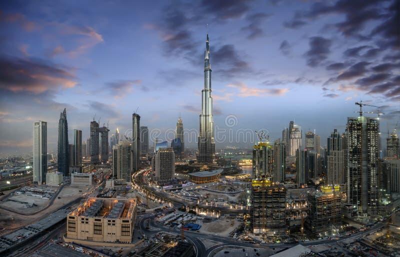 Vista à skyline de Dubai durante o tempo do por do sol, UAE fotografia de stock