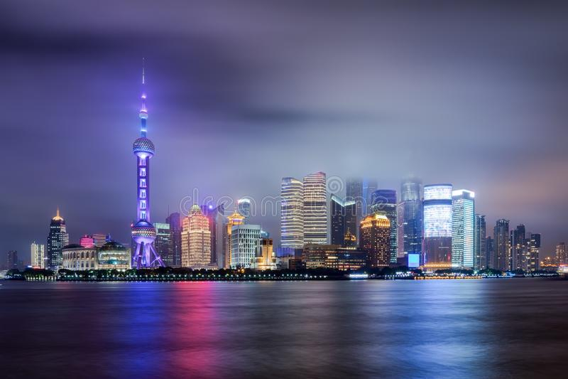 Vista à skyline de Pudong durante a noite foto de stock