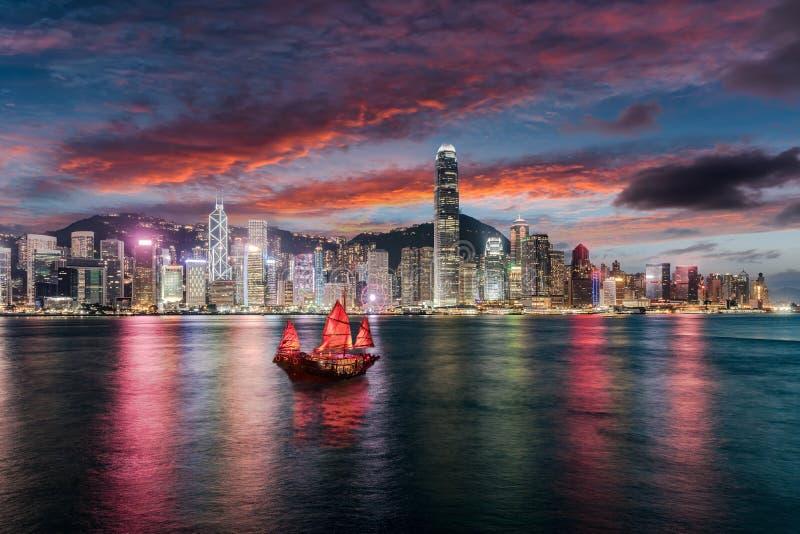 Vista à skyline iluminada de Victoria Harbour em Hong Kong imagens de stock