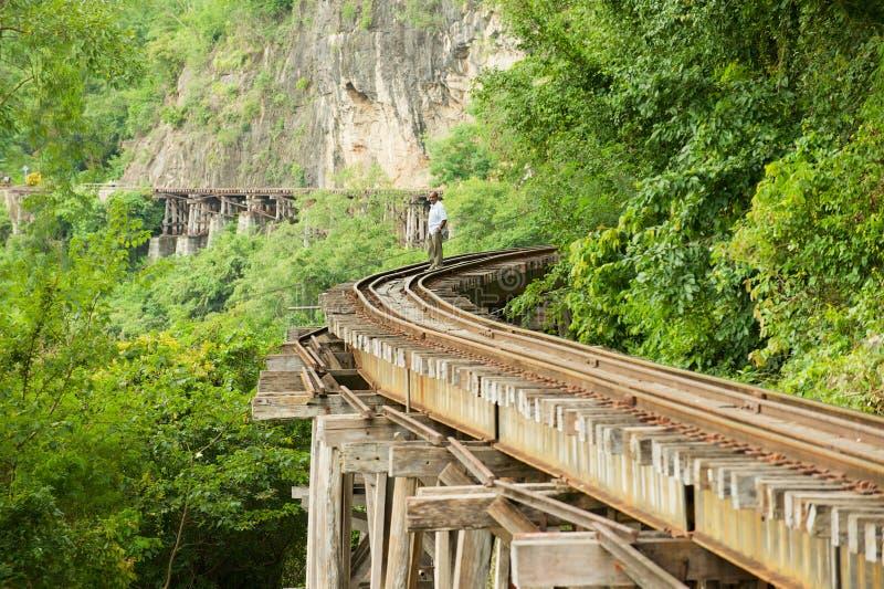 Vista à trilha da estrada de ferro da morte de Tailândia-Burma depois das curvaturas do rio Kwai em Kanchanaburi, Tailândia fotografia de stock royalty free