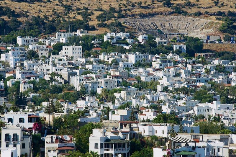 Vista às construções brancas da área residencial e ao anfiteatro antigo em Bodrum, Turquia fotografia de stock